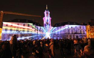 La façade de l'Hôtel de ville de Rennes mise en lumière pour Noël, ici en 2015.