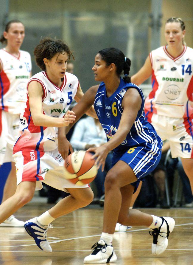 Marie-Sophie Obama (à droite), alors joueuse de Calais en 2005, en plein duel contre Paoline Salagnac (ici à Clermont), désormais directrice sportive de Lyon Asvel Féminin.