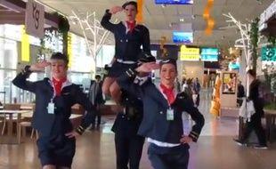Trois hôtesses et un steward ont dansé jeudi dans la salle d'embarquement de l'aéroport.