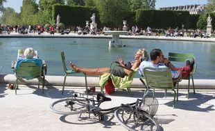 Bain de soleil au parc du Luxembourg à Paris. (Photo d'illustration)