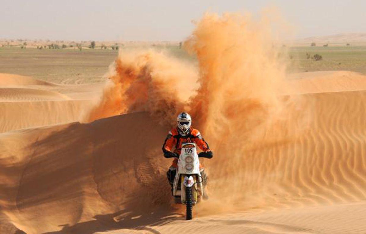 Le motard Thomas Bourgin, le 5 janvier 2011, lors de l'Africa Eco Race à Guelb Agantour. – F.Florin/AFP