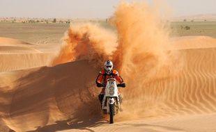 Le motard Thomas Bourgin, le 5 janvier 2011, lors de l'Africa Eco Race à Guelb Agantour.