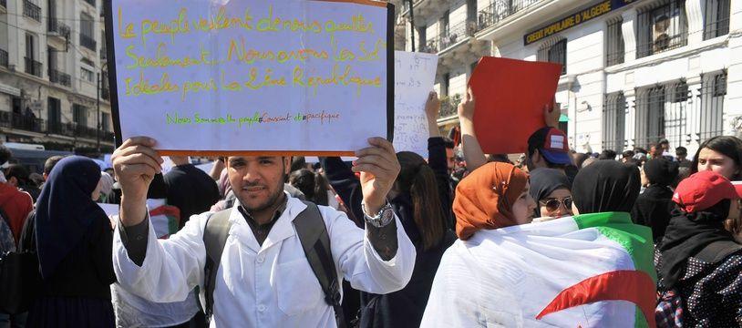 Les manifestations sont quasi-ininterrompues depuis trois semaines en Algérie.