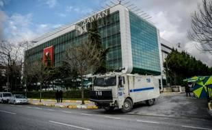 Un véhicule de la police turque devant le journal d'opposition Zaman à Istanbul, le 5 mars 2016