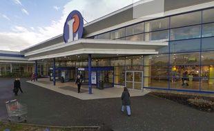 Quatre agents de sécurité ont été mis en examen soupçonnés d'avoir pillé l'hypermarché qu'ils surveillaient à Fameck (Moselle, Lorraine).