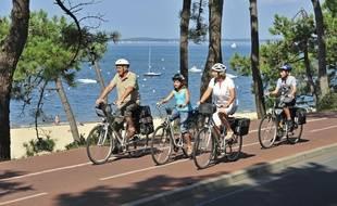 Des cyclistes sur l'itinéraire Vélodyssée à Arcachon (Gironde).