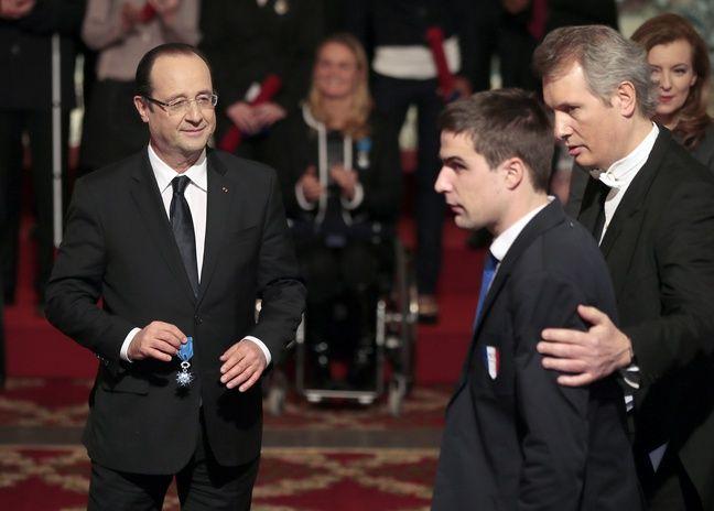 David Labarre reçoit des mains du Président de la République, François Hollande, les insignes de chevalier de l'ordre national du Mérite, le 22 février 2013 à l'Elysée.