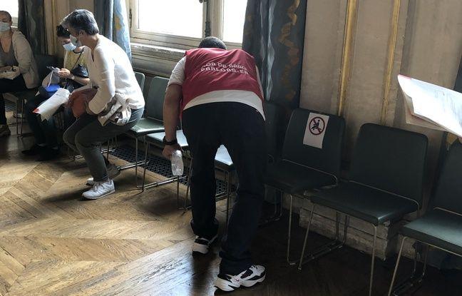 Entre chaque donneur, les sièges sont désinfectés par un bénévole.