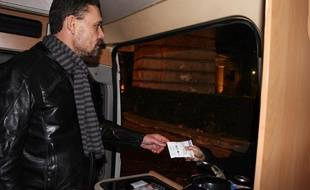 Un éducateur de l'association Charonne distribue des kits sécurisés aux fumeurs de crack, dans le 19e arrondissement de Paris, le 26 novembre 2013.