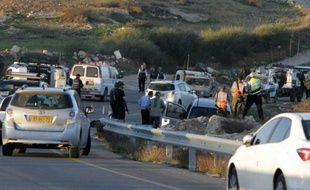 Des soldats israéliens sur les lieux d'un attentat qui a fait deux morts israéliens, le père et son fils, le 13 novembre 2015 près de la colonie d'Otniel, près d'Hébron, en Cisjordanie