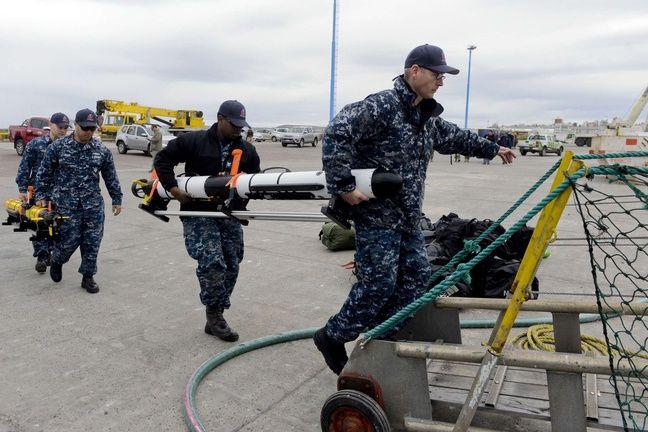 Des militaires de la Marine américaine emportent du matériel à bord du navire