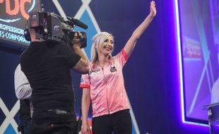 Fallon Sherrock est devenue la première femme à battre un homme dans un championnat du monde professionnel de fléchettes, le 17 décembre 2019 à Londres.