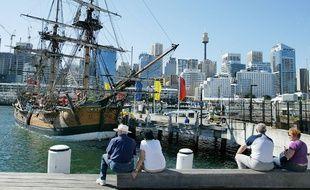 Une réplique du navire du Capitaine Cook dans le port de Sydney.