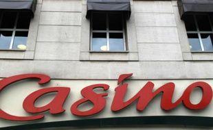 Une enseigne Casino, le 28 juillet 2010 à Paris