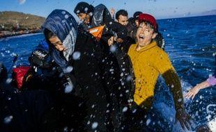 Des migrants et des réfugiés arrivent sur la plage de Lesbos en Grèce, après avoir traversé la mer Égée au départ de la Turquie, le 15 octobre 2015