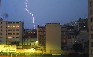 Un éclair frappe lors d'un orage (Illustration).