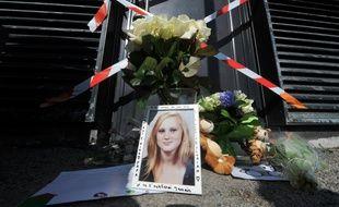 Portrait et fleurs en hommage à Marion sur les lieux du drame.