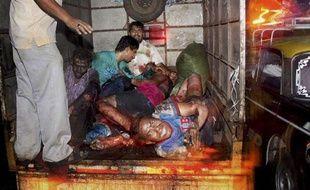 Des victimes de l'explosion, qui a eu lieu le 13 juillet à Bombay, sont emmenées par camion à l'hôpital.