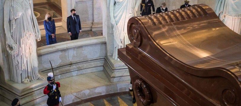 Emmanuel Macron devant la tombe de Napoleon aux Invalides, le 5 mai 2021.