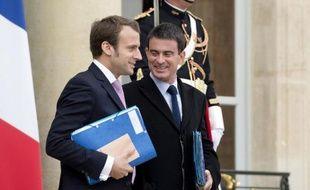 Le ministre de l'Economie Emmanuel Macron et le Premier ministre Manuel Valls sur le perron de l'Elysée le 7 octobre 2014 à Paris