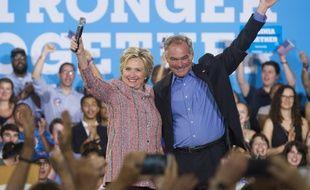 La candidate démocrate Hillary Clinton et le sénateur démocrate de Virginie Tim Kaine, le 14 juillet 2016 à Annandale (Virginie)