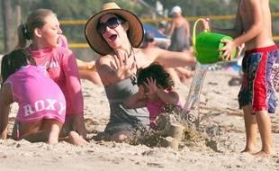 """Nadya Suleman, surnommée """"OctoMom"""" par les Américains après avoir accouché d'octuplés en janvier dernier, passe un après-midi à la plage de San Clemente avec quatre de ses enfants et l'un des octuplés, le 5 septembre 2009."""