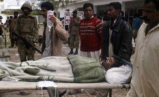 Un blessé est transporté dans un hôpital militaire après un attentat-suicide à Dera Ismail Khan au Pakistan le 20 février 2009.