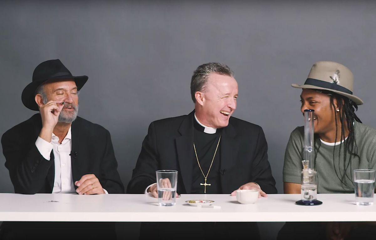 Après quelques joins, le débat religieux entre un Rabbin, un prêtre et un athée s'est apaisé. – Capture Youtube WatchCut