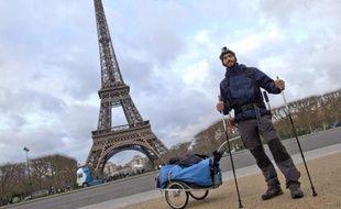 """Le jeune archéologue Mohamed Bekada, surnommé """"Becket"""", pose devant la Tour Eiffel à Paris le 26 décembre 2014"""