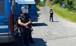 Plusieurs unités de gendarmerie ainsi que le GIGN entourent une zone de 4 km2 autour de Lardin-Saint-Lazare