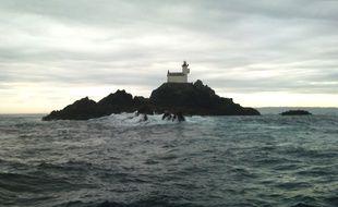 Le phare de Tévennec un jour de temps calme au large du Finistère.