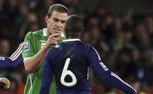 L'Irlandais Richard Dunne et Lassana Diarra s'expliquent à Croke Park, Dublin, le 14 novembre 2009.