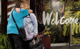 Des Néo-Zélandais de retour chez eux après avoir été bloqués en Australie, le 19 avril 2021.