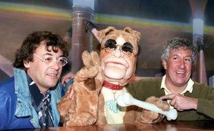 Jean Roucas (à gauche), Stéphane Collaro et une marionnette du Bébête-show,le 6 avril 1992 à Paris.