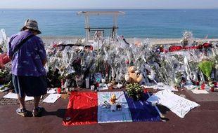Des objets ont été disposés sur la promenade des Anglais pour rendre hommage aux victimes de l'attentat de Nice, le 19 juillet 2016.