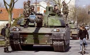 Quelque 500 militaires français, appuyés par 25 véhicules blindés, 4 chars Leclerc et 4 chars AMX 30, participent le 14 mars 2006 à Châlons-en-Champagne à des exercices