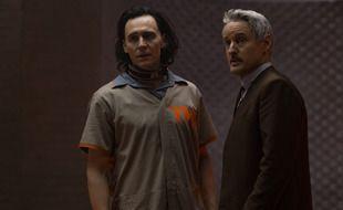Loki (Tom Hiddleston) et Mobius (Owen Wilson) dans la série « Loki », disponible sur Disney+.