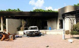 Un bâtiment et un véhicule incendiés, après une double attaque contre le complexe diplomatique américain, le 12 septembre 2012 à Benghazi, en Libye.