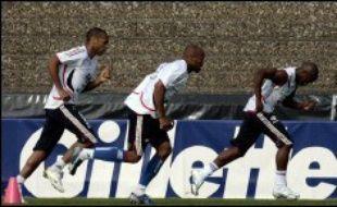 Les joueurs de l'équipe de France de football sont entrés dans le vif du sujet, vendredi, à quatre jours de leur entrée en lice contre la Suisse, en effectuant leur premier entraînement sur le sol allemand, à Hameln (nord), à l'heure où le Mondial-2006 débutait à Munich.