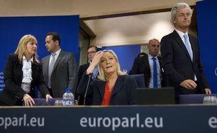 L'eurodéputé Marine Le Pen, présidente du FN avec les eurodéputés Janice Atkinson et Geert Wilders; le 16 juin 2015 à Bruxelles.