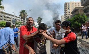 Au Caire, des partisans de Morsi fuient les gaz lacrymogènes, le 14 août 2013.