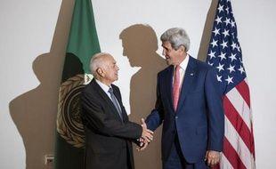Le secrétaire de la Ligue arabe Nabil al-Arabi (g) et le secrétaire d'Etat américain John Kerry, le 13 septembre 2014 au Caire