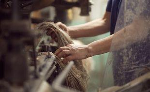 Une ouvrière dans une filature de Safilin en Pologne.