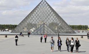 Dans la cour du musée du Louvre à Paris.