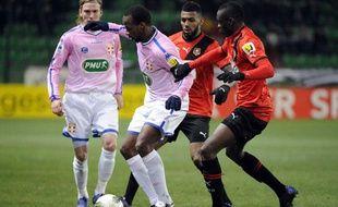 Les joueurs du Stade Rennais Yann M'Vila (centre) et Chris Mavinga (droite) lors d'un match face à Evian-Thonon-Gaillard, le 7 février 2012, à Rennes.
