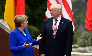 la chancelière allemande Angela Merkel parle avec le président américaine Donald Trump le 26 mai 2017 lors du sommet du G7 à Taormina.