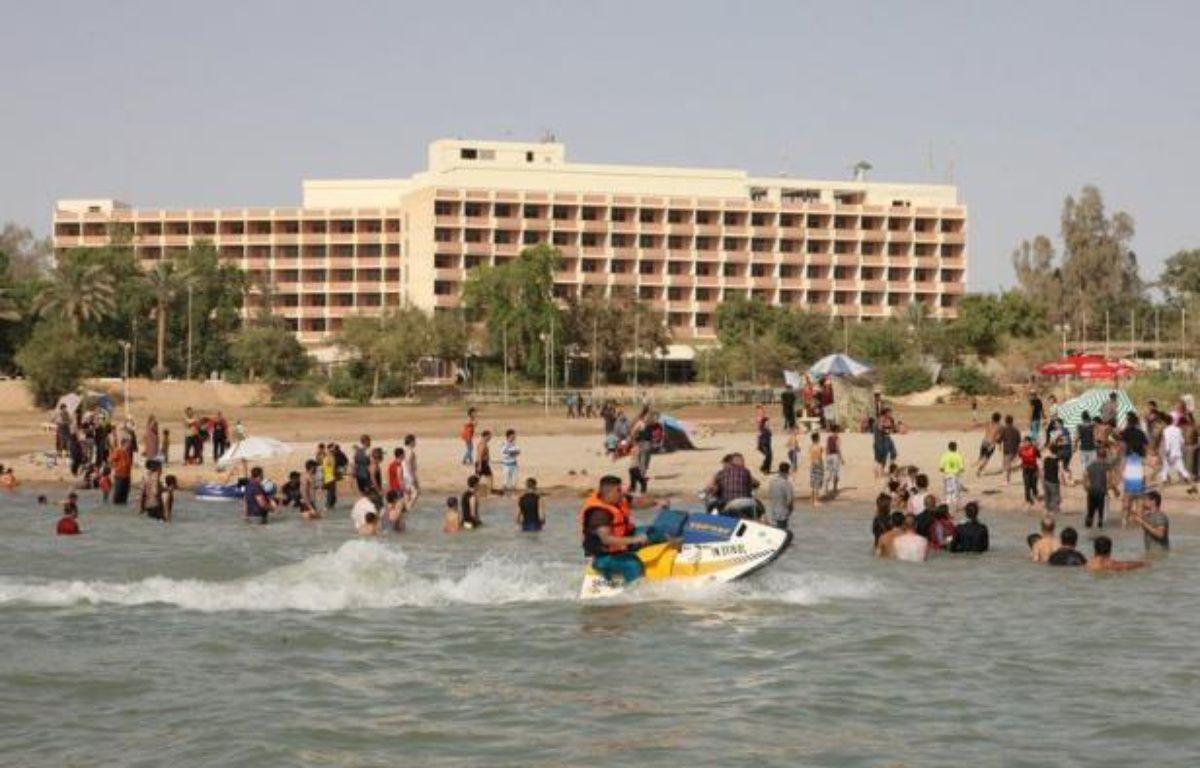 Des jet-skis slaloment sur l'eau, des familles pique-niquent sous des tentes colorées sur le rivage: la station balnéaire du lac Habbaniyah offre une oasis de calme relatif aux Irakiens fatigués des violences et des crises. – Azhar Shallal afp.com