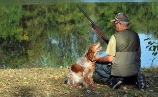 Un chasseur assis à côté de son chien (Archives).