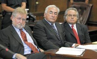 DSK, William W. Taylor (à g.) et Benjamin Brafman, ses avocats, le 23 août 2011, à New York.
