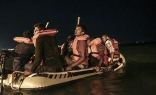 Des réfugiés s'apprêtent le 20 août 2015 à quitter une plage de Bodrum, en Turquie pour rejoindre l'île grecque de Kos